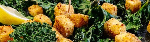 Grünkohlchips mit paniertem Grillkäse