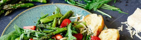 Erdbeer-Spargel Salat mit Rucola
