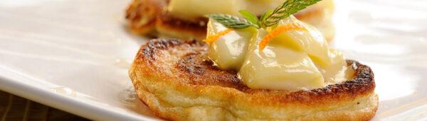 Kleine Pfannkuchen mit Apfel-Honig-Ragout